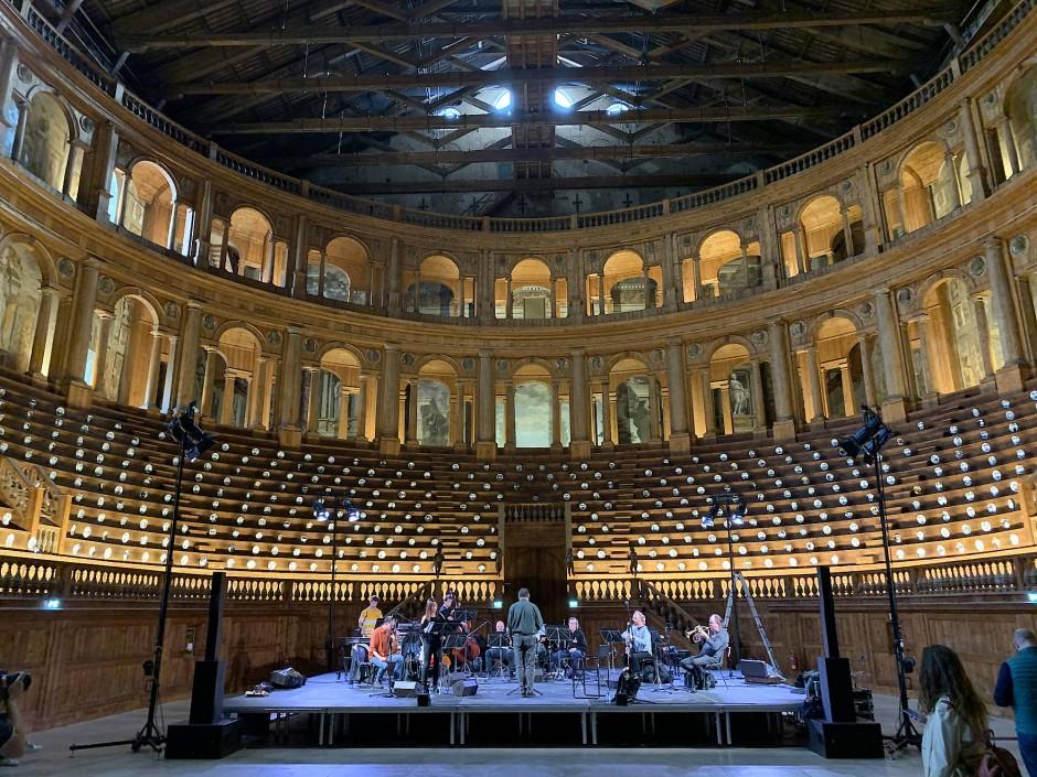 Fornasetti-Inszenierung im Renaissance-Theater in Parma.