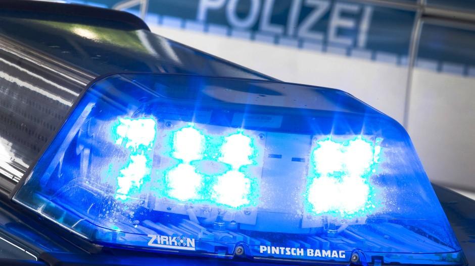 Ein Blaulicht auf dem Dach eines Polizeiwagens. Auf der B 44 zwischen Mörfelden und Groß-Gerau gab es am Sonntagmorgen einen tödlichen Verkehrsunfall.
