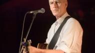 Der australische Sänger der Band Go-Betweens tritt im Zoom in Frankfurt auf.