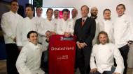 Die ausgezeichneten Köche des Michelin Guide 2015 mit Michael Ellis, dem internationalen Chef des Restaurantführers (5.v.r.).