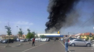 Schweizer Kleinflugzeug stürzt neben Supermarkt ab