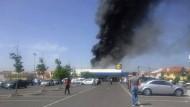 Bei dem Absturz des Kleinflugzeuges ist ein Mann durch umherfliegende Wrackteile getötet worden, drei Menschen wurden von den Flammen leicht verletzt.