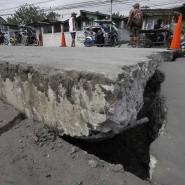 Die Erde bewegt sich: Straßen reißen in der Nähe des Vulkans auf