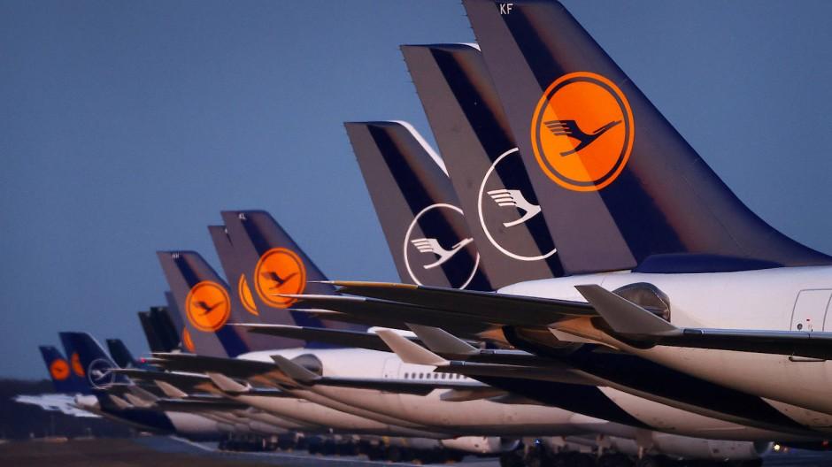 Geparkte Flugzeuge der Lufthansa am Frankfurter Flughafen