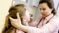 Eine Ärztin in Hamburg untersucht ein Mädchen.