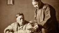 Yuan Shikai (l.) wurde 1916 als Präsident abgesetzt. Danach versank China für lange Zeit im Bürgerkrieg. Trotzdem erklärte es im August 1917 Deutschland den Krieg.