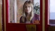 """Frau am Fenster: Julia Jentsch spielt in """"Das Verschwinden"""" eine Mutter, die ihre Tochter sucht."""
