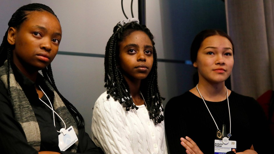 Zwei schwarze Mädchen weißes Mädchen
