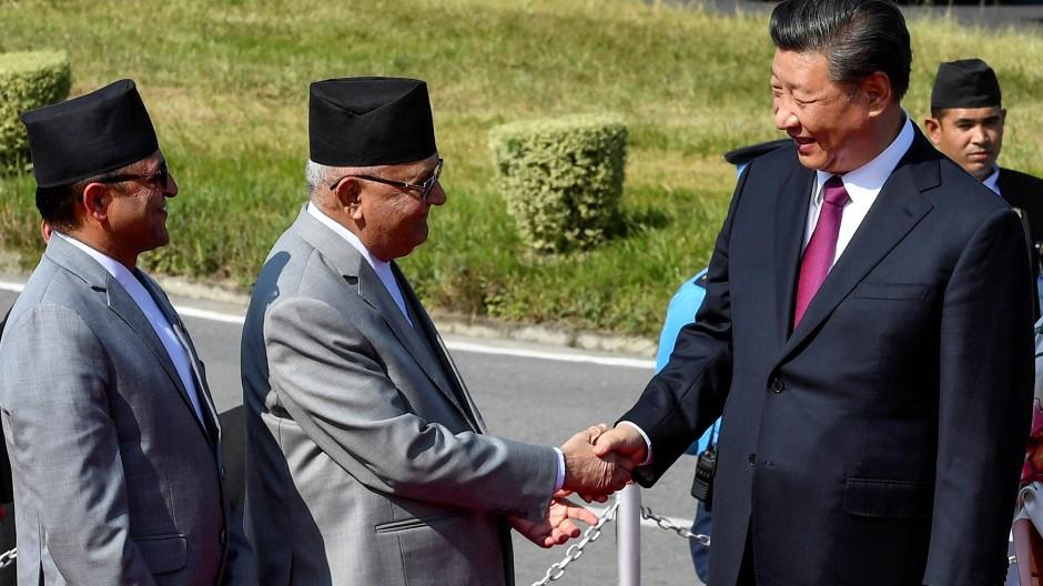 Nepals Ministerpräsident Sharma Oli (Mitte) muss mit seinem Land zwischen den Großmächten China und Indien balancieren.