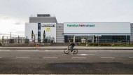 Ein Radfahrer fährt am Terminal des Flughafens Frankfurt-Hahn vorbei.