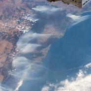 Rauchschwaden der australischen Waldbrände ziehen über den Ozean – steigende Meerestemperaturen gehören zu den Hauptgründen für Naturkatastrophen.