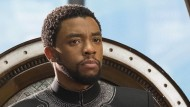 """T'Challa (Chadwick Bosemann) hütet sein Volk als """"Black Panther"""" und als König."""