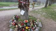 Gedenken an Maria L.: An diesem Baum an der Dreisam wurde die Studentin im vergangenen Jahr ermordet.