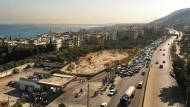 Südlich von Tripoli stauen sich Anfang Juli Autos vor einer Tankstelle.