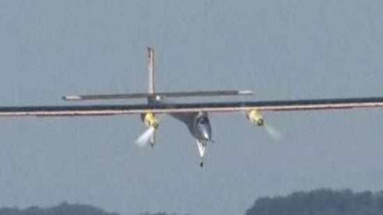 Solarflugzeug fliegt sicher durch die Nacht