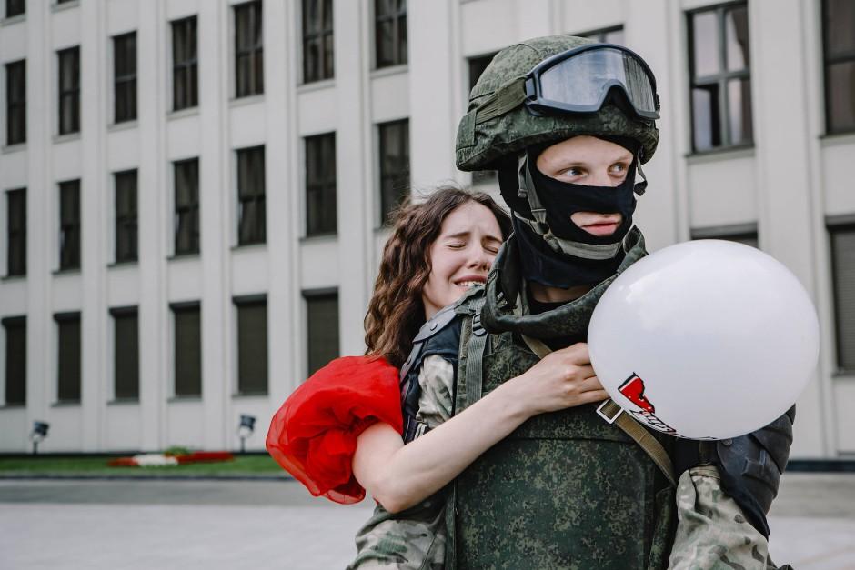 Eine junge Frau in Minsk umarmt demonstrativ einen Soldaten – als Zeichen gegen die staatliche Gewalt.