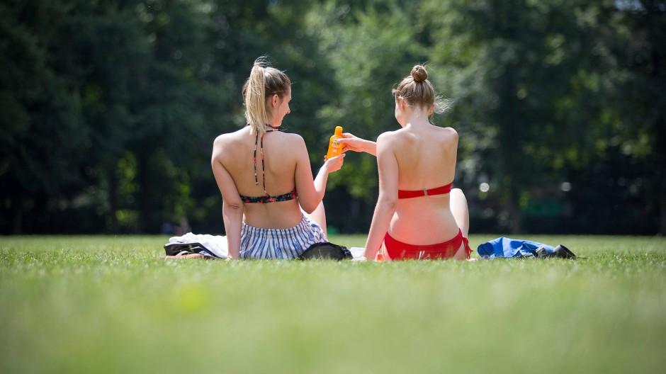 """In der Öffentlichkeit """"Oben ohne"""" Sonnenbaden? Lieber nicht. Insbesondere jüngere Frauen befürchten angegafft oder Opfer körperlicher oder sexueller Gewalt zu werden."""