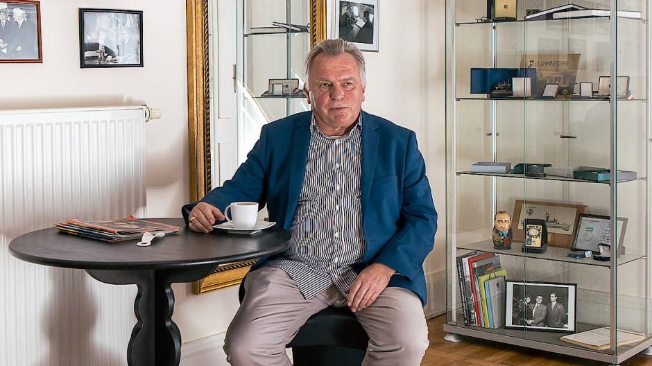 Günther Krause in seinem Büro in Kirchmöser. Im Hintergrund finden sich historische Bilder, Erinnerungen, Anerkennungen und persönliche Momente aus seinem politischen Leben.