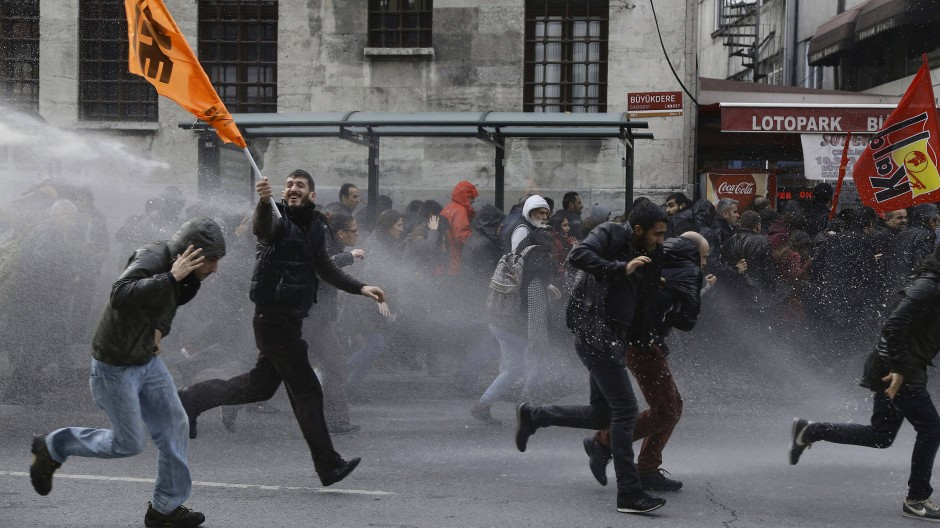 Die türkische Polizei setzt Wasserwerfer gegen Menschen ein, die gegen Festnahmen von Politikern der prokurdischen HDP demonstrieren.