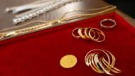 Goldreserve: Mancher fragt sich, was Münzen und Schmuck wohl wert sind.