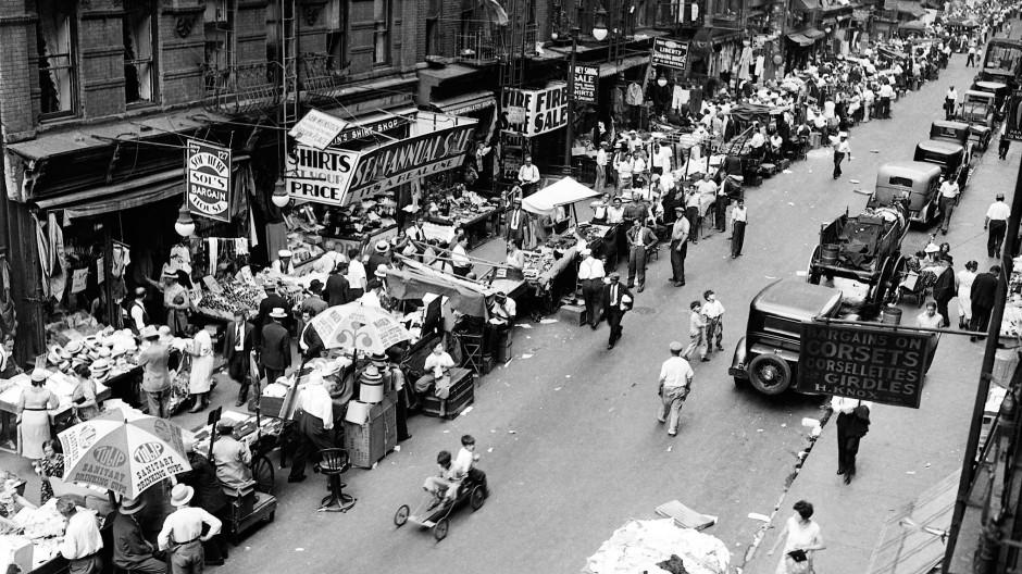 Straßenmarkt in New York: Die Wirtschaftskrise macht 1930 in Amerika viele Menschen arbeitslos.
