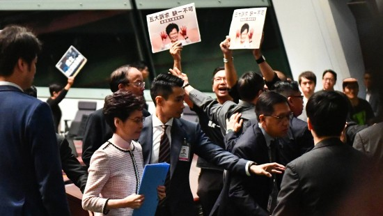 Carrie Lam bricht Rede ab