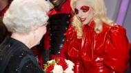 Wenn die Queen bloß für ein Latexkleid zu begeistern wäre: Lady Gaga in einem Entwurf von Atsuko Kudo.