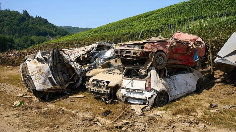 Zerstörte Autos in Dernau, Kreis Ahrweiler