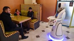 Erste Roboter-Kellnerin bittet zu Tisch