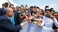 Der türkische Präsident Erdogan mit Anhängern beim Besuch einer Universität in Izmit
