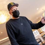 Smudo demonstriert auf seinem Smartphone die funktionsweise der App Luca. Der Rapper ist maßgeblich an der Finanzierung des Systems beteiligt.