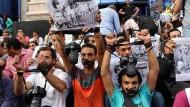 Journalisten protestieren in Kairo gegen die Festnahme des Fotografen Ahmed Ramadan.