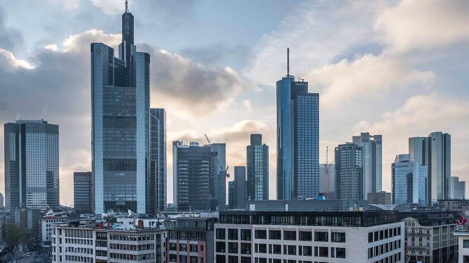 Wolken ziehen über die Frankfurter Skyline.