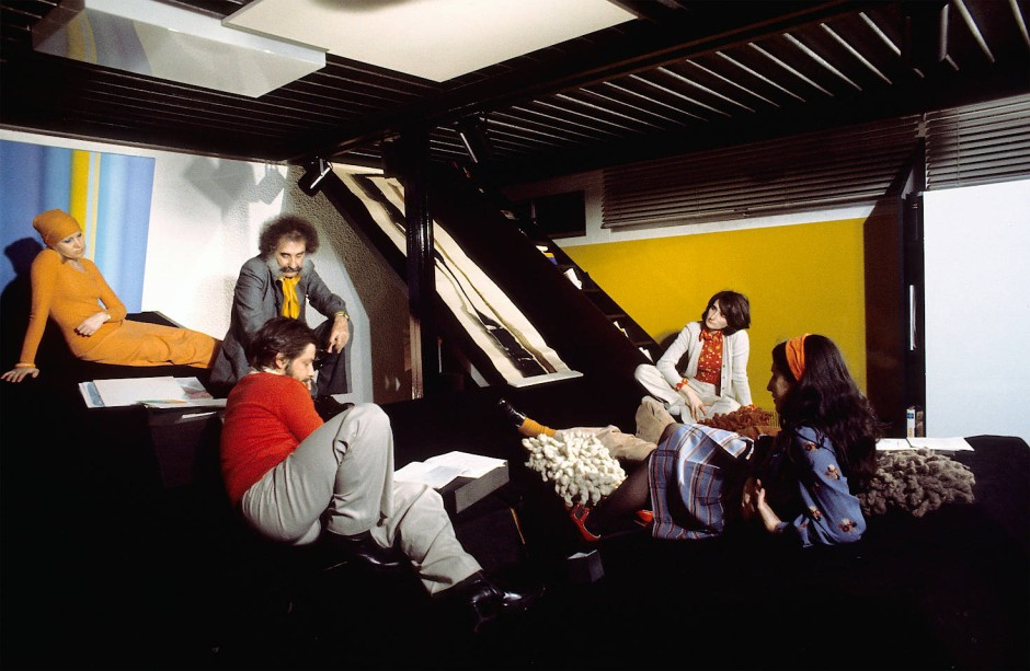 Maison Parent (1973/74): quietschbunte Kleider auf schiefer Ebene