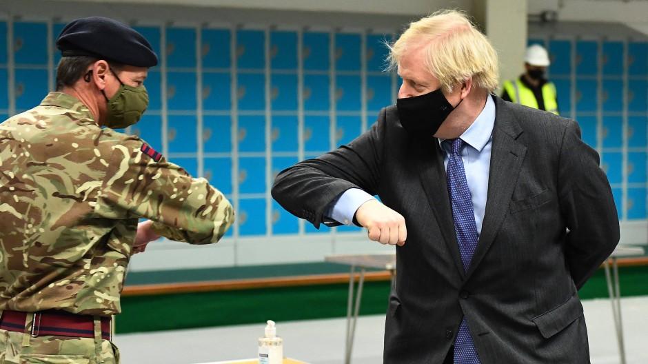 Boris Johnson begrüßt am 28. Januar einen Soldaten in einem Impfzentrum in Glasgow.