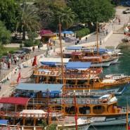 Lieber schweigen und an türkischen Gestaden entspannen: Ausflugsboote an einem Anleger in der türkischen Stadt Antalya