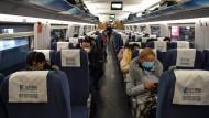 Üblicher Mundschutz ist keine Hilfe: Reisende von Shanghai nach Wuhan City.