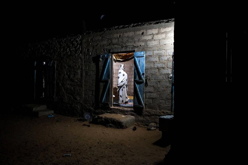 Eine junge Frau betet im Haus ihrer Familie in Tidjikja. Die Menschen in dieser Stadt müssen das ganze Jahr über sehr hohe Temperaturen ertragen. Sie fallen normalerweise nicht unter 16 Grad und in den heißesten Monaten erreichen sie fast 42 Grad.