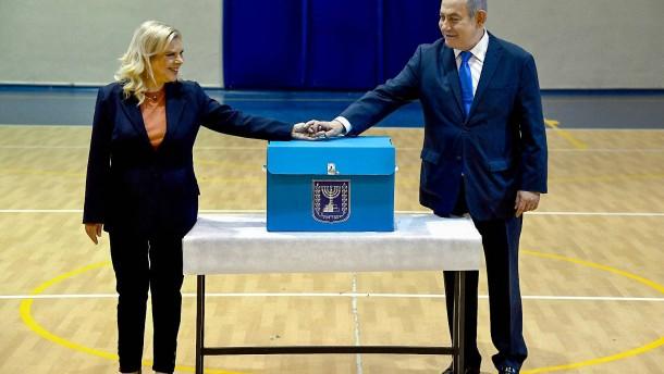 Netanjahu setzt sich gegen Herausforderer Gantz durch