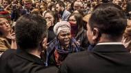 Aktivisten demonstrieren am Mittwoch vor den Türen der Messehalle in Madrid.