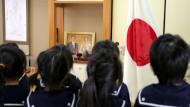 In einem Kindergarten in Osaka singen die Kinder täglich die Nationalhymne und schwören dem Kaiser die Treue.