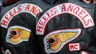 Zwei Hells-Angels-Mitglieder und ihre Kutten (in Reutlingen, Baden-Württemberg)
