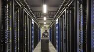 Mensch und Maschine: Ein Mitarbeiter prüft das Facebook-Rechenzentrum im schwedischen Luleå.