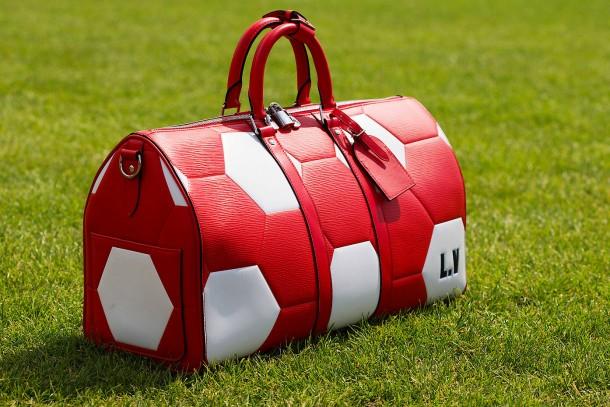 Einer für alle: Der Weekender von Louis Vuitton mit Fußballmuster.