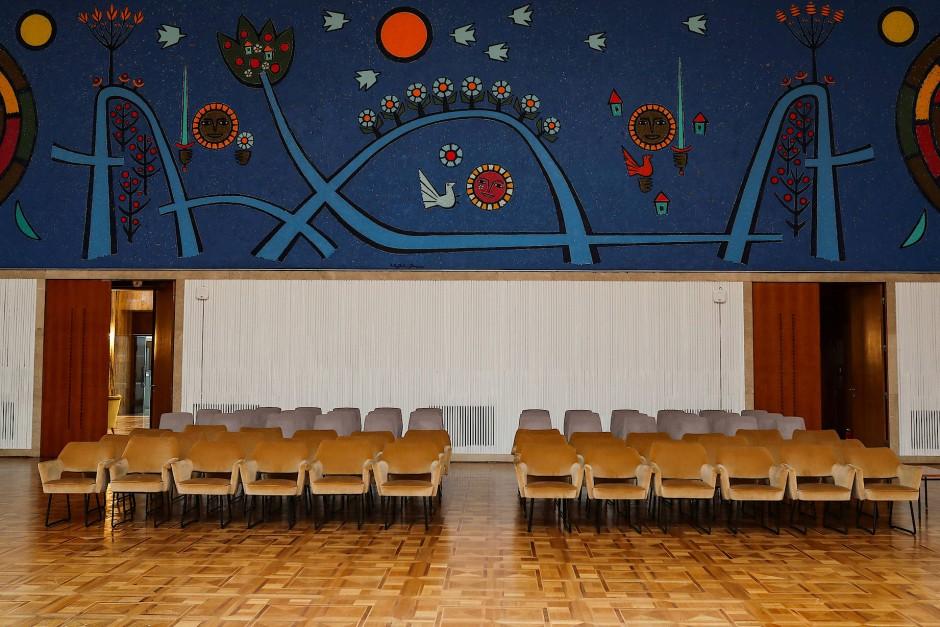 Unbenutzte Stühle stehen aufgereiht im Jugoslawien Salon im Palata Srbije-Gebäude in Belgrad. Jede der ehemaligen jugoslawischen Republiken hatte dort ihren eigenen Salon. Möbel und Teppiche wurden nach Maß angefertigt und einige der bekanntesten Künstler fertigten Gemälde und Mosaike an.