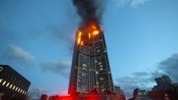 Wohnhochhaus geht in Flammen auf