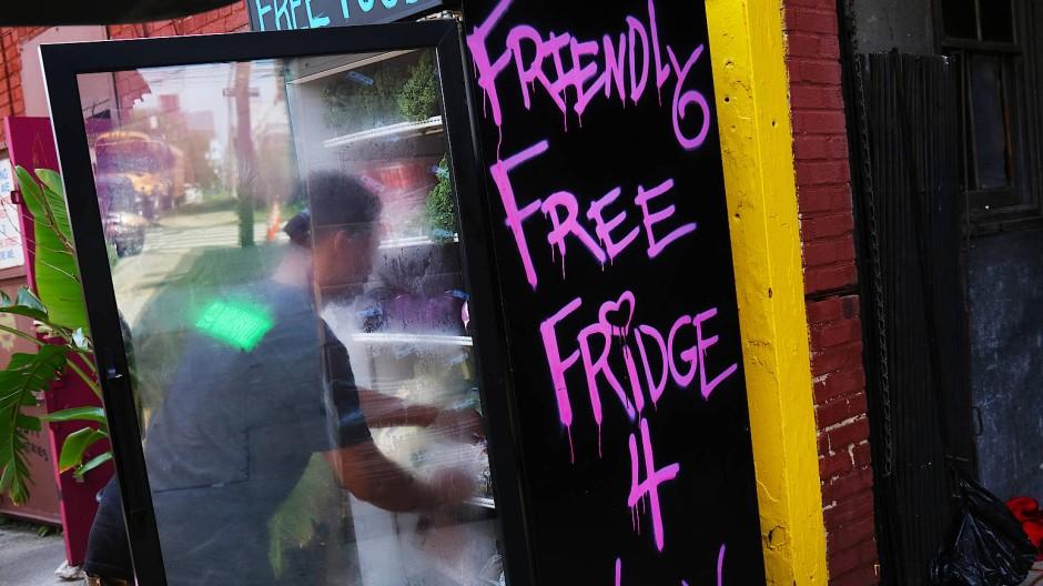 Ein Kühlschrank mit kostenlosen Lebensmitteln im Stadtteil Brooklyn.