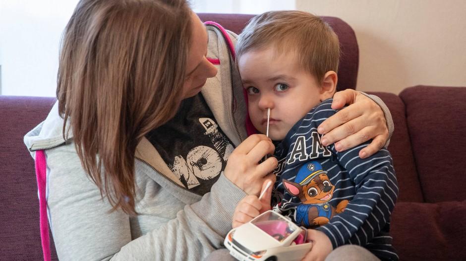 Positiver Covid-19-Test: Symptome flachen bei Kindern durchschnittlich nach sechs Tagen ab (Symbolbild).