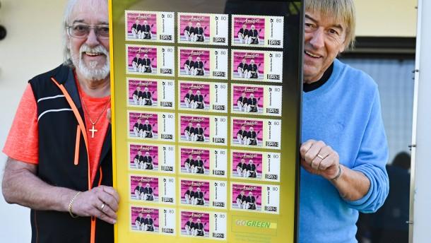 """Schlagerduo Amigos """"mächtig stolz"""" über eigene Briefmarke"""