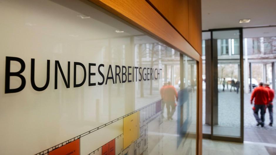 Zwei Männer verlassen das Bundesarbeitsgericht in Erfurt. Archiv